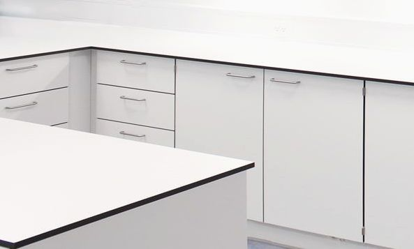 Kompaktlaminat bordplade, hvid med sort kærne
